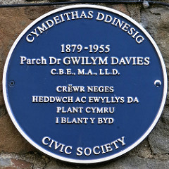 Parch Dr Gwilym Davies Plaque